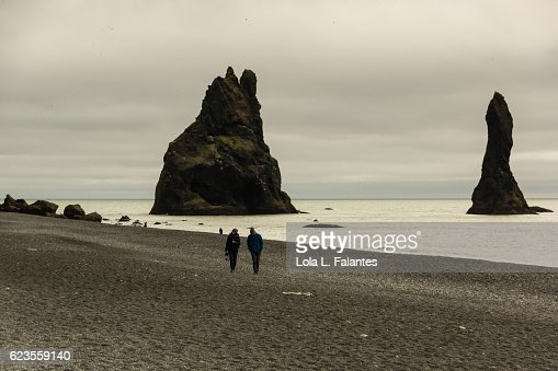 Walking in Reynisfjara, Iceland : Foto de stock