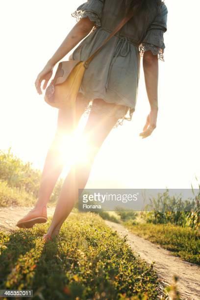 Marcher dans les rayons du soleil