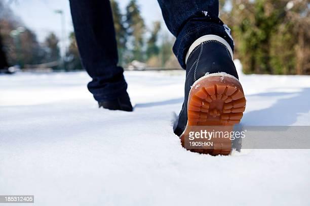 Zu Fuß durch den Schnee