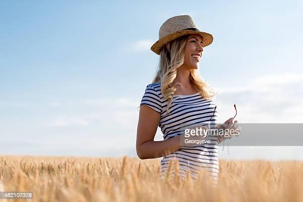 Cammina attraverso il campo di grano