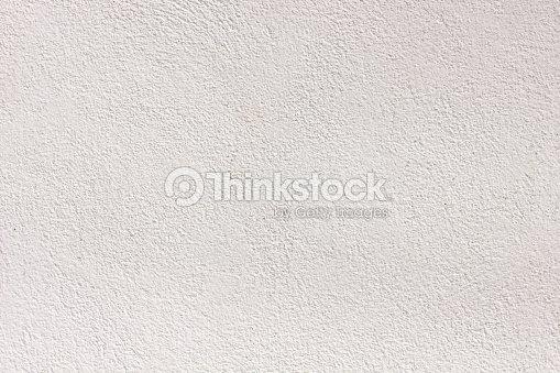 Trama di muro di cemento bianco con pavimento in piastrelle foto