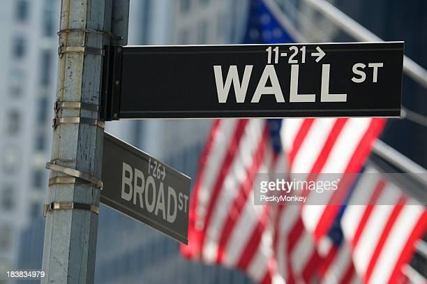 Segno di Wall Street con bandiere americane