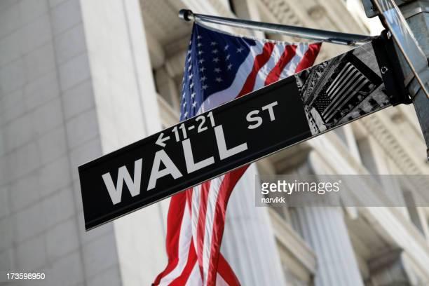 Signe de Wall Street avec drapeau américain derrière