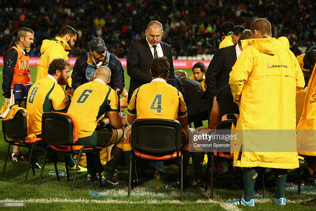 Wallabies coach Ewen McKenzie talks to players during The Rugby Championship match between Argentina and the Australian Wallabies at Estadio Malvinas...
