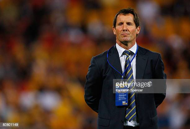Wallabies head coach Robbie Deans watches his team warm up prior to the 2008 Tri Nations series Bledisloe Cup match between the Australian Wallabies...