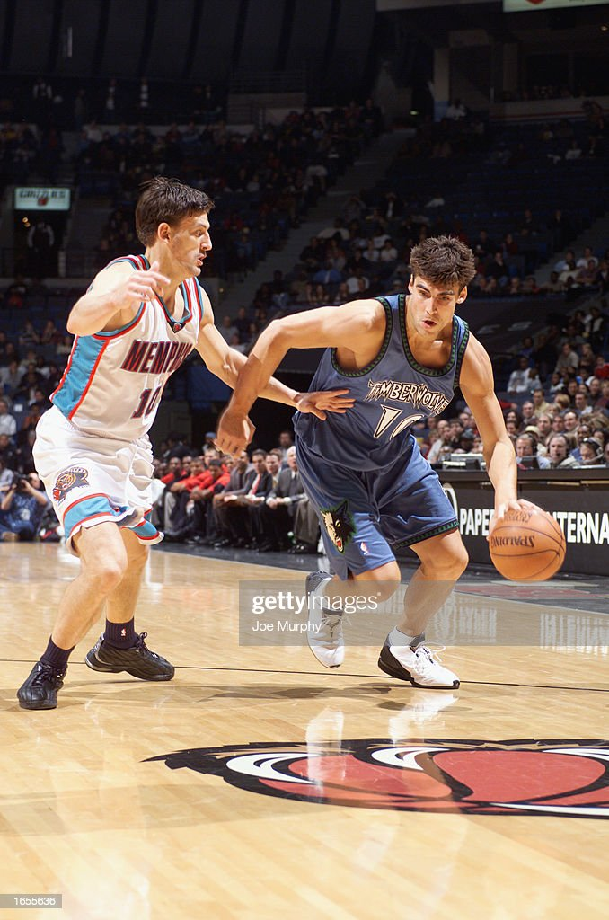 Wally Szczerbiak #10 of the Minnesota Timberwolves drives against Gordan Giricek #10 of the the Memphis Grizzlies during the NBA game at The Pyramid on November 15, 2002 in Memphis, Tennessee. The Timberwolves won 99-95.