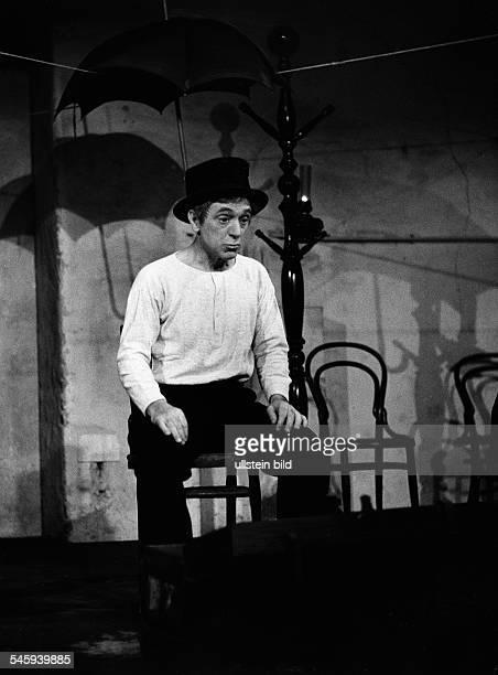 Walter Bluhm*Schauspieler Din der Inszenierung '33 Minuten in Grueneberg' von HolteiRegie Walther HennWerkstatt des Schillertheater BerlinPremiere