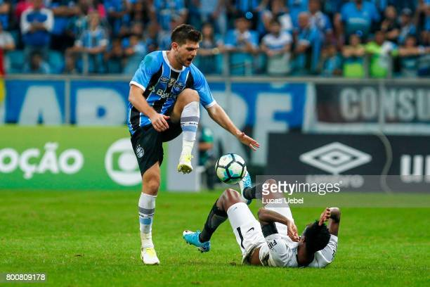 Walter Kanneman of Gremio battles for the ball against Jo of Corinthians during the match Gremio v Corinthians as part of Brasileirao Series A 2017...