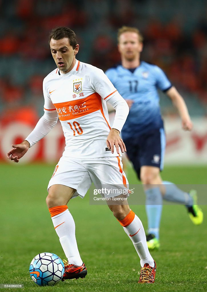 Walter Montillo of Shandong Luneng dribbles the ball during the AFC Asian Champions League match between Sydney FC and Shandong Luneng at Allianz Stadium on May 25, 2016 in Sydney, Australia.