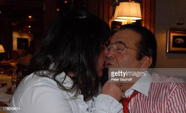 Walter Scholz Ehefrau Silvia 'Küchenparty' Hotel 'Dollenberg' Bad PeterstalGriesbach BadenWürttemberg Deutschland Europa Party Feier Kuss Musiker