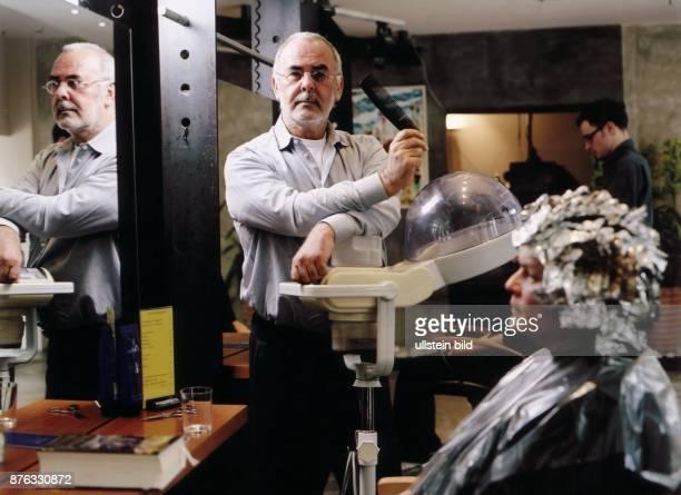 Walz Udo * Friseur D in Pose in seinem Salon in Berlin