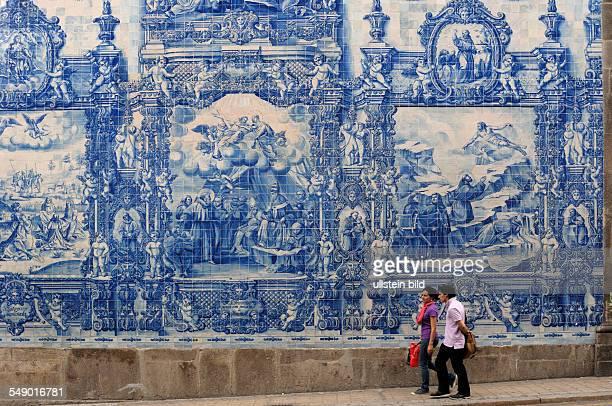Wandbild aus Porzellankacheln zeigt die Fassade der Kapelle 'das Almas' an der 'Rua de Santa Catarina' in Porto