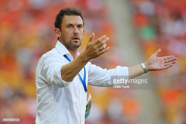 Wanderers coach Tony Popovic reacts during the round 20 ALeague match between the Brisbane Roar and the Western Sydney Wanderers at Suncorp Stadium...