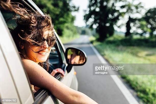 Wanderlust Frau reisen mit dem Auto in den Sommer