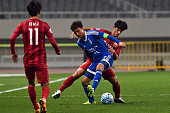 Wang Shenchao of Shanghai SIPG and Yeom Kihun of Suwon Samsung Bluewings compete for the ball during the AFC Champions League Group G match between...