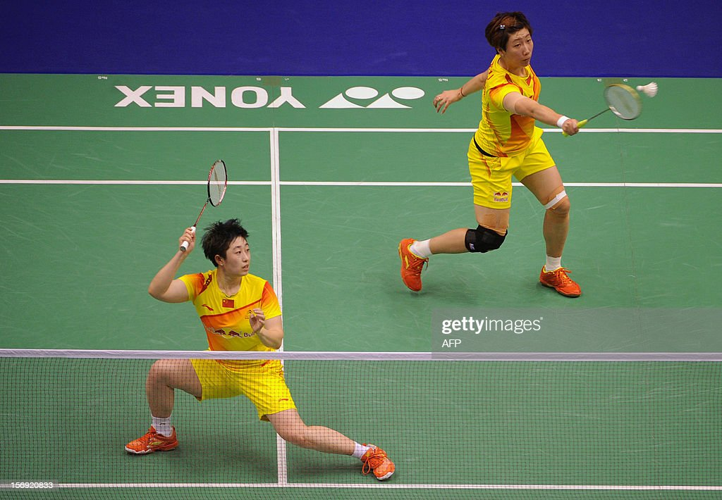 Wang Xiaoli (R) and Yu Yang (L) of China compete against their compatriots Tian Qing and Zhao Yunlei in the women's doubles final at the Hong Kong Open badminton tournament on November 25, 2012. AFP PHOTO / Dale de la Rey