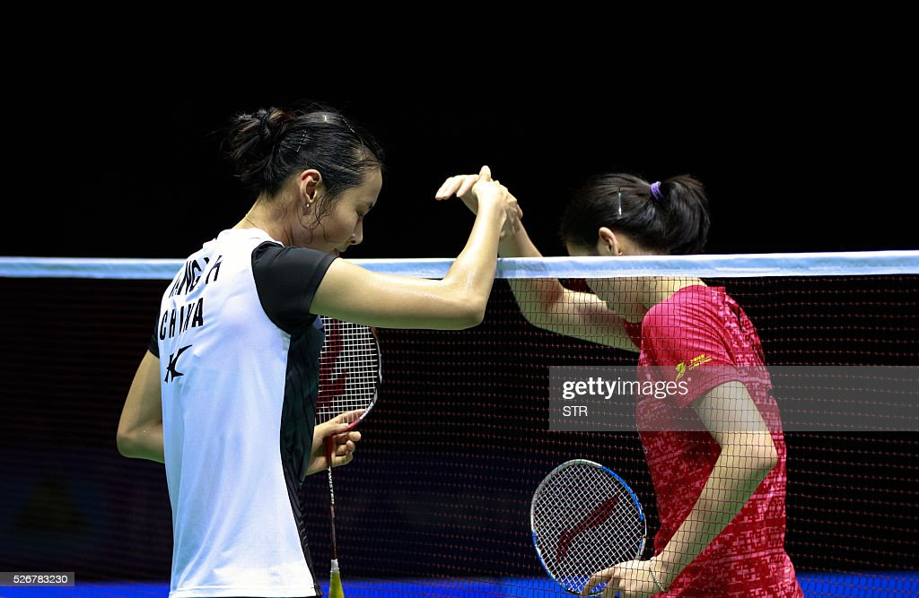 Wang Yihan (L) of China shakes hands with Li Xuerui of China after winning their women's singles final match at the 2016 Badminton Asia Championships in Wuhan, central China's Hubei province on May 1, 2016. / AFP / STR / China OUT