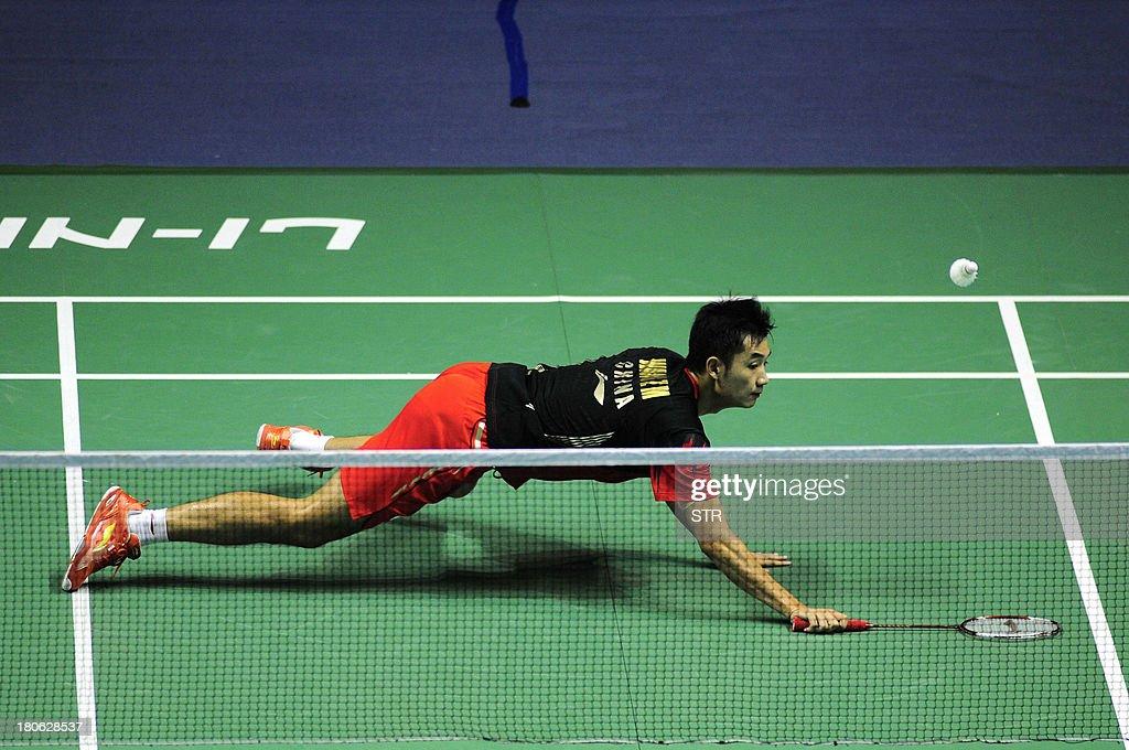 Wang Zhengming of China dives to recover a shot from Son Wan Ho of South Korea during the men's singles final match of the 2013 China Masters in Changzhou, east China's Jiangsu province on September 15, 2013. Wang won 11-21, 21-14, 24-22. CHINA
