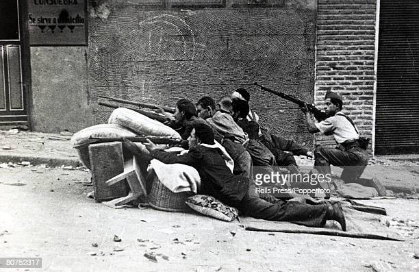 War and Conflict Spanish Civil War pic 31st July 1936 Alcazar Toledo Government troops firing on the rebels from the shelter of a hastily erected...