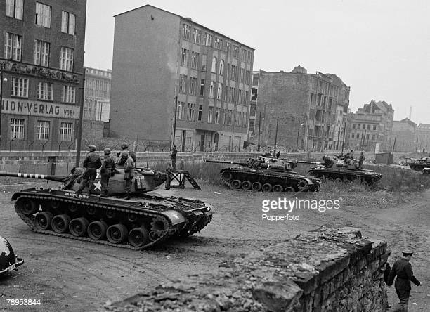 War Conflict Berlin Germany October 1961 American army tanks and soldiers at the Wall that divides Berlin during the 'Cold War' tension between the...
