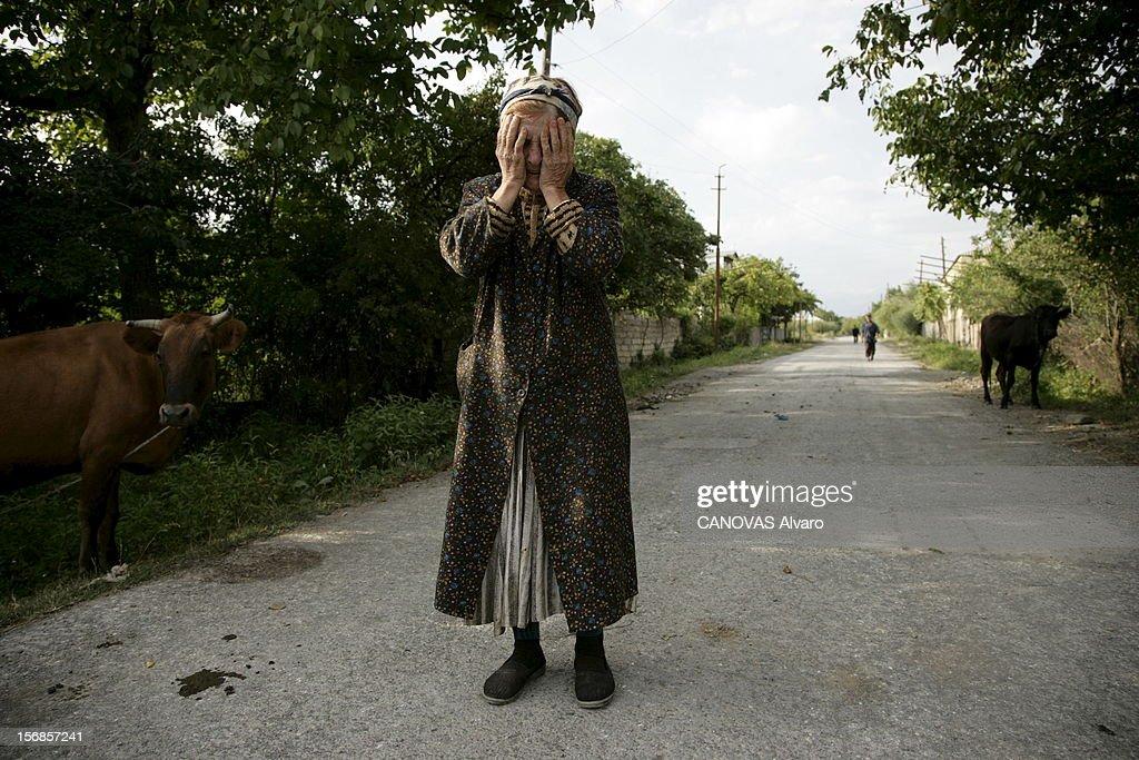 The Atrocities Of The Militia. L'offensive militaire lancée par l'armée géorgienne, jeudi 7 août 2008, contre la république autoproclamée d'Ossétie du Sud, a provoqué l'intervention des forces russes. Sur leurs arrières, de nombreux miliciens - cosaques, ossètes ou tchétchènes - commettent les pires exactions sur les populations civiles de Georgie au nom du nationalisme ossète : le 16 août, à la vue du pope géorgien venu distribuer des vivres à TKVIAVI, un village à moitié détruit par les milices, une vieille femme fond en larmes.