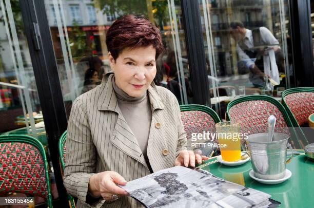50 Years After Paris France 23 mai 2012 Leïla KADI créatrice de mode à la terrasse du café de Flore avec des photos d'elle prises lors de la guerre...