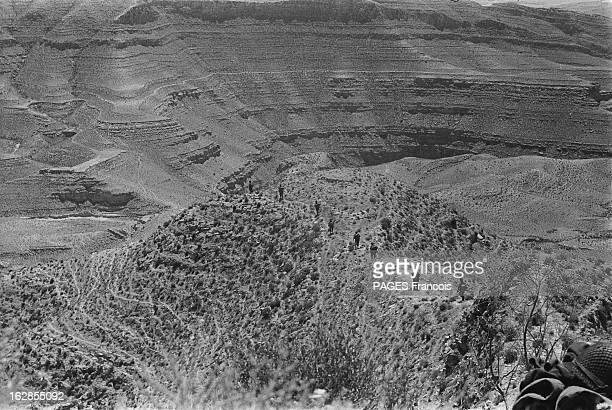 French Forces Operations In Aures Algérie Mai 1956 les paras dans le djebel appelé 'la cervelle du veau' Les militaires sont disséminés sur la crête...
