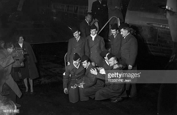 French Prisoners Released By The Fln En France le 4 décembre 1958 Arrivée de prisonniers français libérés par le FLN à l'aéroport leur paquetage à la...