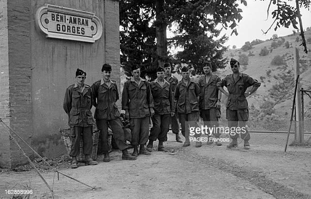 Palestro Massacre Le 23 mai 1956 un groupe de soldats pose sous une pancarte de Beni Amrane entre Menouville et Palestro en GrandeKabylie où des...