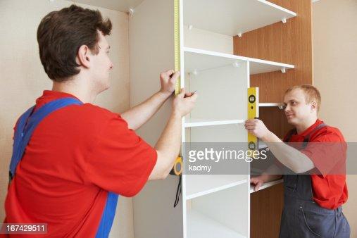 Guardaroba i partecipanti al lavoro di installazione : Foto stock