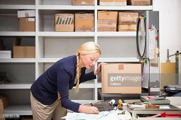 warehouse clerk, die ein Paket