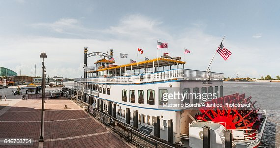 Warehouse District, Riverwalk, the Creole Queen, an authentic paddlewheeler boat, and the Mississippi river : Stock-Foto