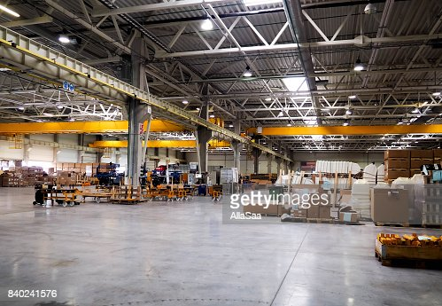 Warehouse industrial premises for storing materials and wood, there is a forklift for containers. Concept logistics, transport. Motion blur effect. Bright sunlight. : Foto stock