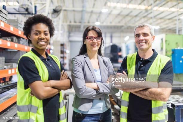 Warehouse Manager und Arbeiter zusammenstehen