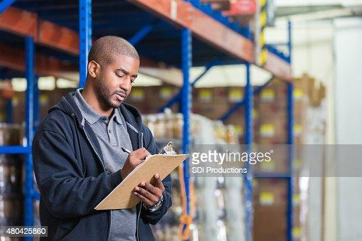 Warehouse manager die Verfügbarkeit in food bank pantry