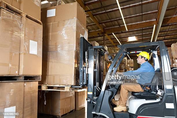 Warehouse de travailleur opérer un chariot élévateur