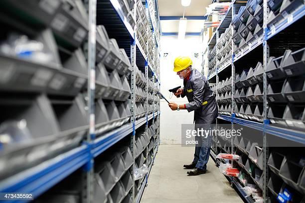 Magazzino con lavoratore scansione codice a barre reade