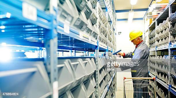 Trabalhador de armazém com código de barras reade Exame