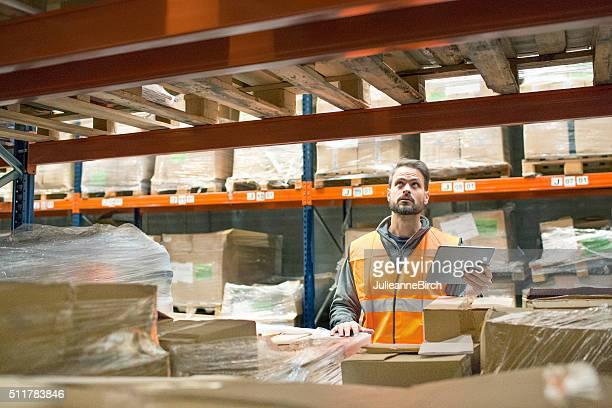 Entrepôt de travailleur avec tablette numérique