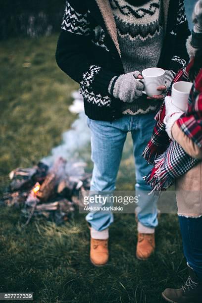 Warmes Getränk am Lagerfeuer