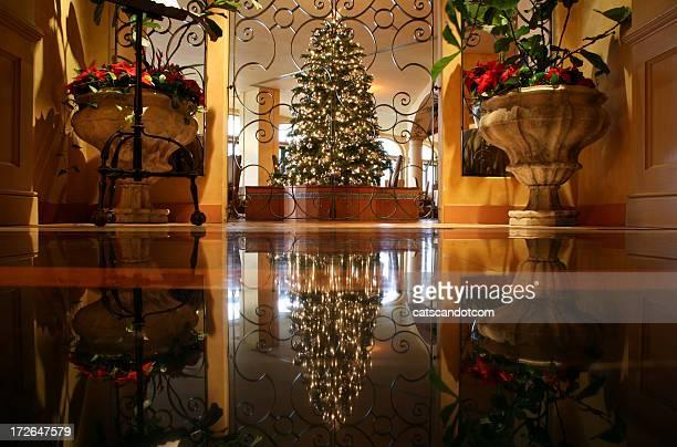 温かみのあるのインテリアのクリスマスツリーの大理石の床
