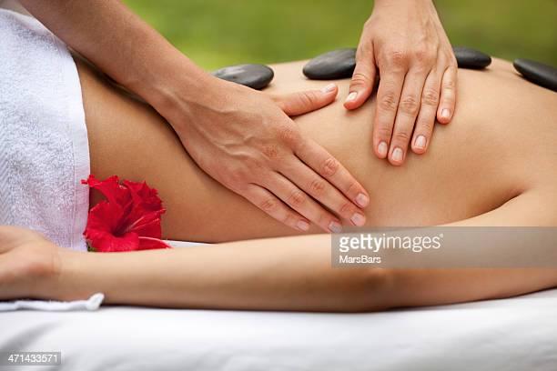 Massagem no spa pedra quente