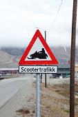 Warning sign for snowmobile traffic in Norwegian
