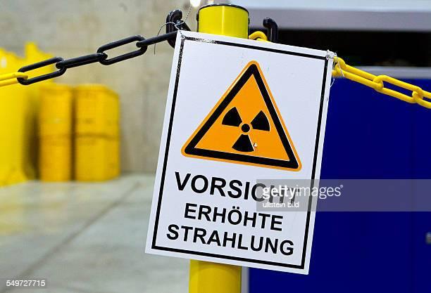 Warnschild ' Vorsicht Erhoehte Strahlung ' in der Halle 3 des Zwischenlagers Nord in Lubmin In der Halle stehen Behaelter mit Resten der demontierten...