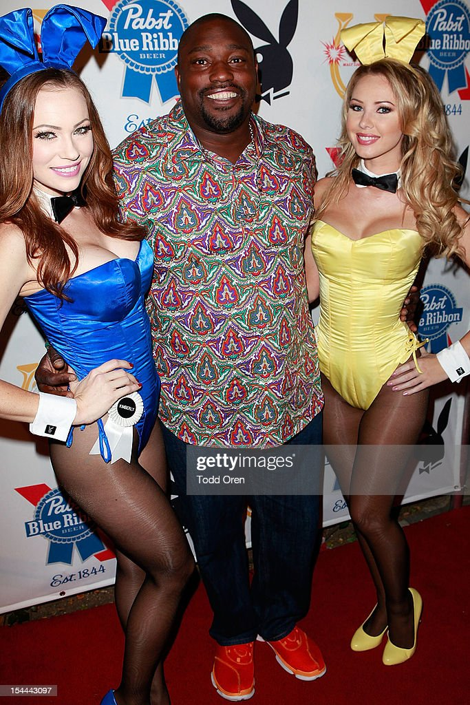 <a gi-track='captionPersonalityLinkClicked' href=/galleries/search?phrase=Warren+Sapp&family=editorial&specificpeople=162706 ng-click='$event.stopPropagation()'>Warren Sapp</a> poses at the Snoop Dogg Presents: Colt 45 Works Every Time at The Playboy Mansion Party with Evan and Daren Metropulos on October 19, 2012 in Beverly Hills, California.