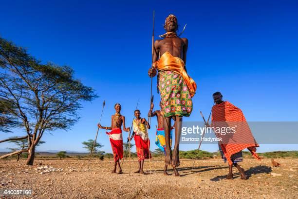 Guerrier de Samburu tribu spectacle traditionnel pas de danse sauté, Kenya, Afrique