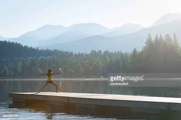 Guerrero dos apacible a orillas del lago de meditación al atardecer