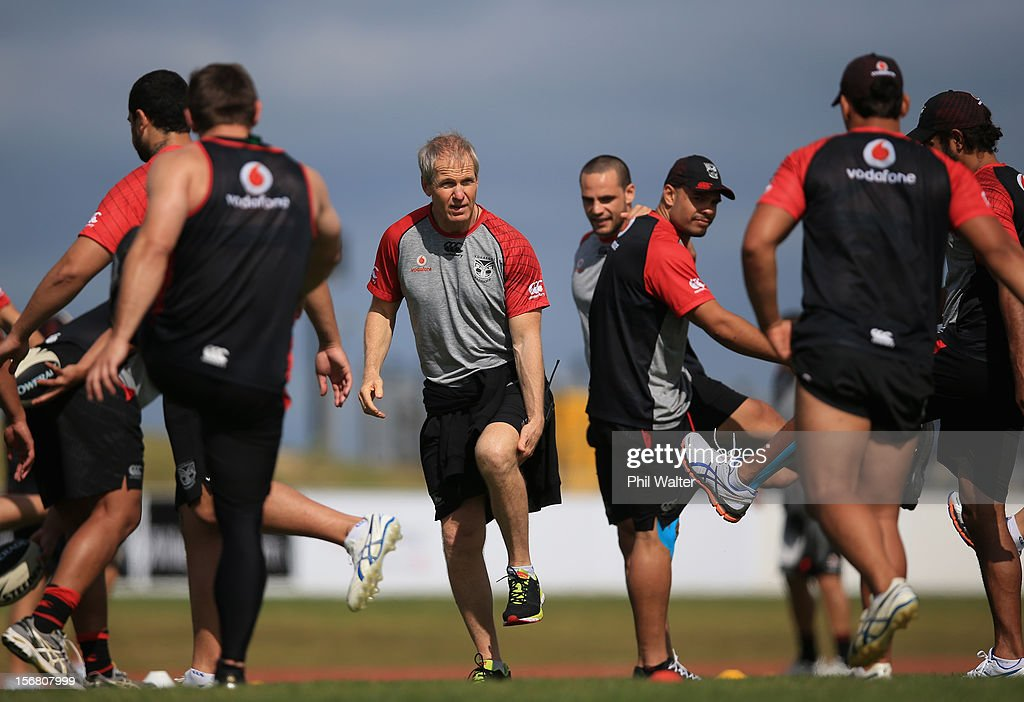 Warriors coach <a gi-track='captionPersonalityLinkClicked' href=/galleries/search?phrase=Matthew+Elliott&family=editorial&specificpeople=206159 ng-click='$event.stopPropagation()'>Matthew Elliott</a> during a New Zealand Warriors NRL pre-season training session at the Millenium Institute on November 22, 2012 in Auckland, New Zealand.