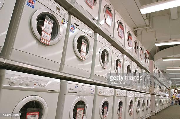Waschmaschinen in einer Filiale des Elektronikmarktes MediaMarkt