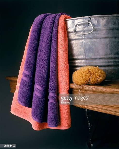 Délavé baignoire avec serviettes et de mer sur une Table